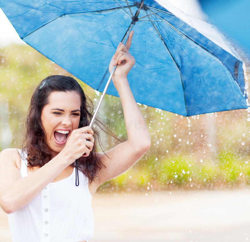 Speelse vrouw in regen stock fotografie