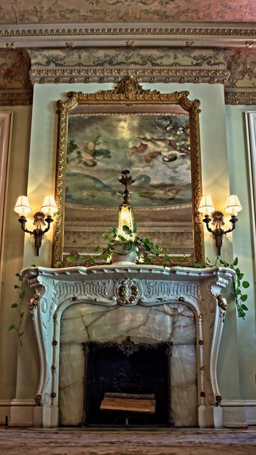 Spegel över spisen med takreflexion royaltyfri fotografi