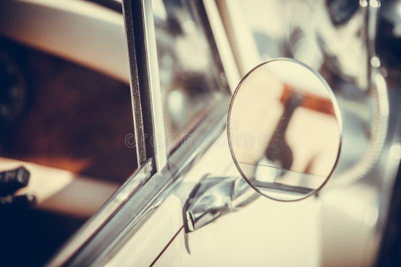 Spegel för tappningbilsida royaltyfria bilder