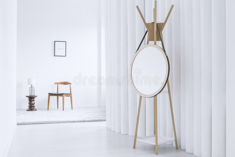 Spegel i den vita korridoren royaltyfri bild