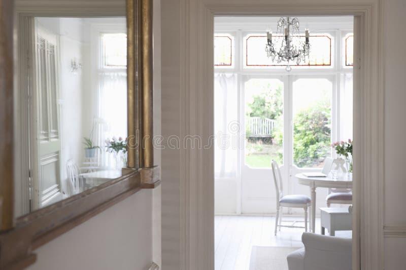 Spegel med sikt av vardagsrum royaltyfri bild