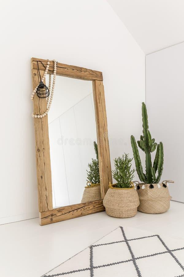 Spegel mot väggen royaltyfri bild