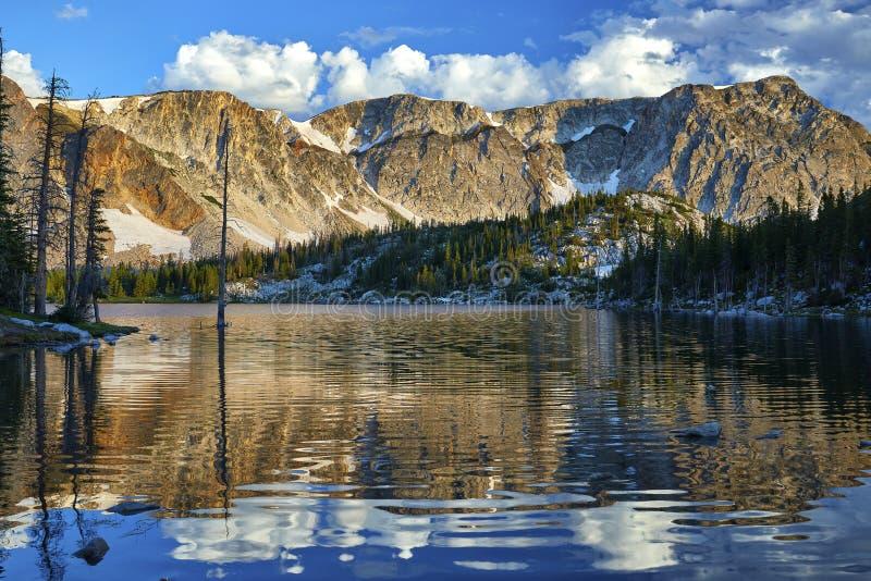 Spegel sjö, snöig område, Wyoming arkivfoto