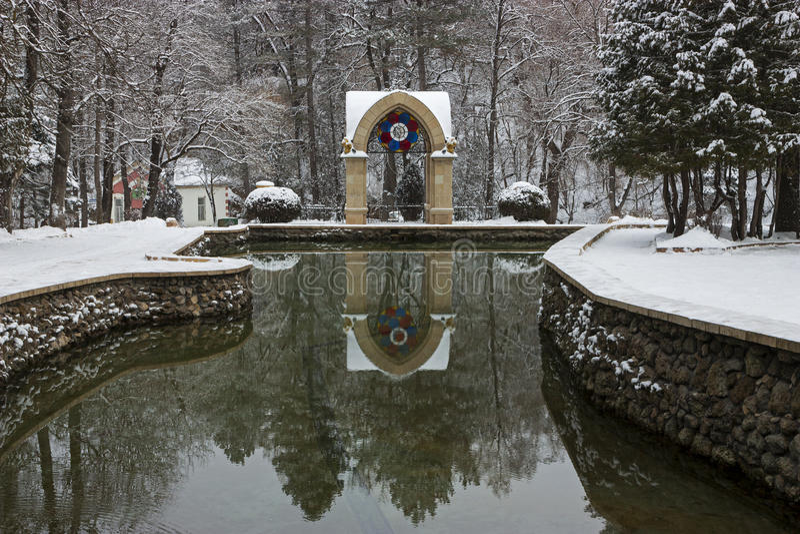 Spegeldamm i nöjesemesterorten Kislovodsk royaltyfria foton