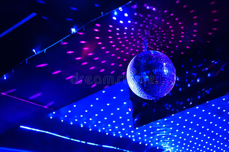 Spegeldiskoboll med ljus reflexion på taket royaltyfria foton