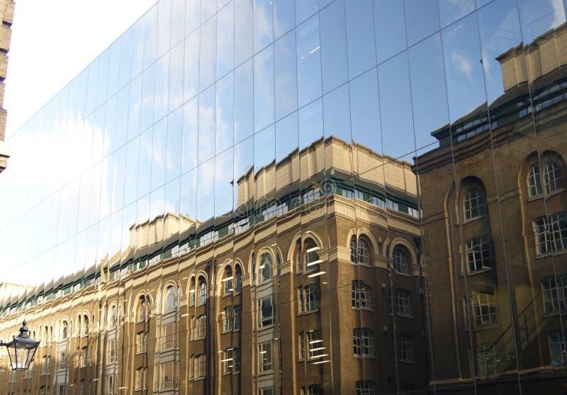 Spegelförsedd byggnad i London arkivfoto