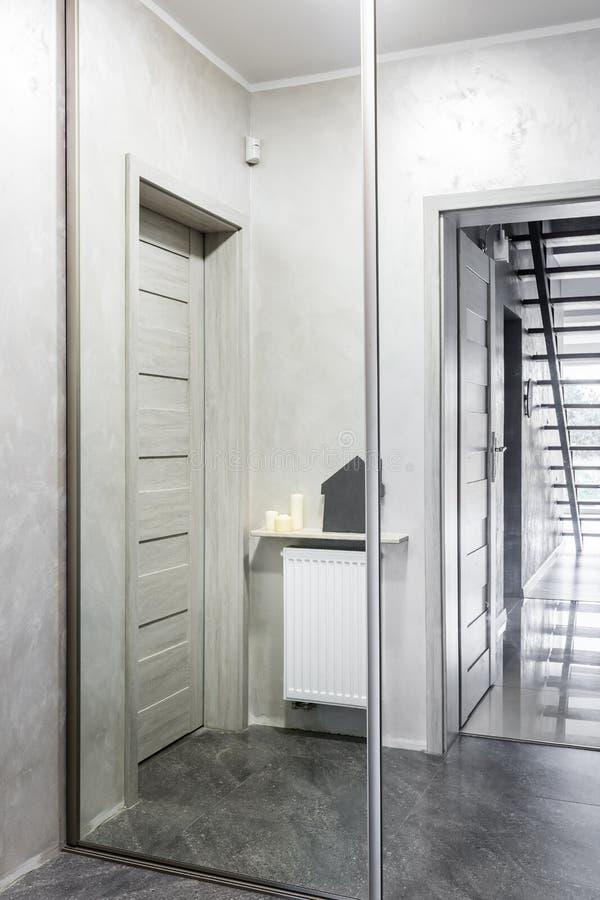 Spegelförsedd garderobidé för korridor royaltyfri foto