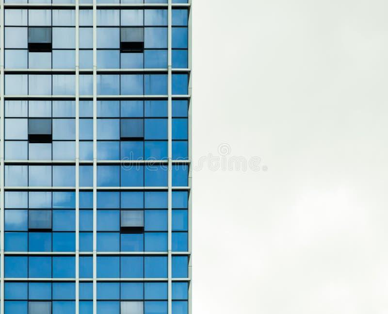 Spegeln för byggnadsstrukturen reflekterar blått modernt i huvudstad royaltyfri bild