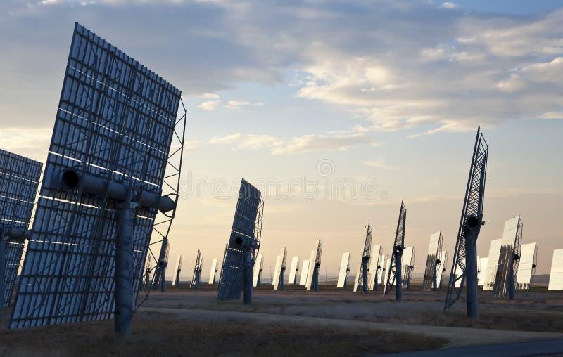 spegeln för energifältgreen panels sol- royaltyfria foton