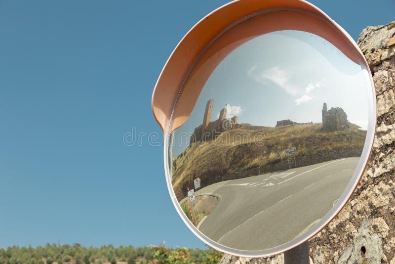spegeln på en föreningspunkt av vägen för Molina de Aragà ³ n, del av den lokala slotten reflekteras arkivbild