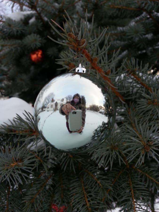 Spegelreflexion i julprydnad royaltyfria foton