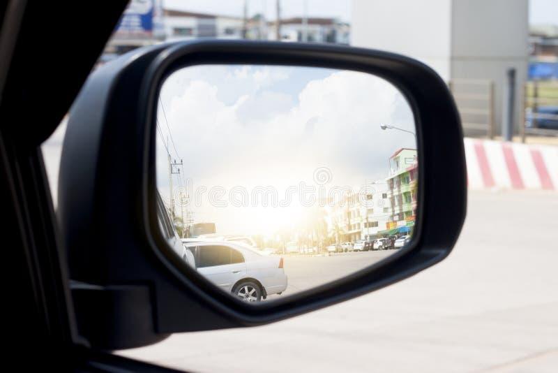 Spegelsida av bilar på vägen arkivbilder