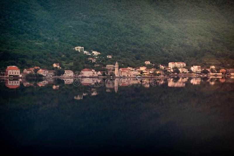 Spegelsikt av den Kotor staden fotografering för bildbyråer