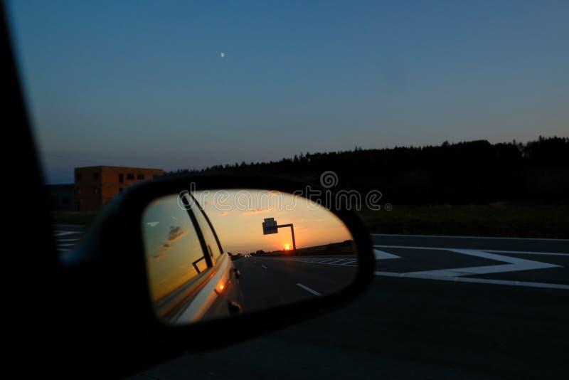 Spegelsolnedgång för bakre sikt på autobahnen royaltyfria bilder