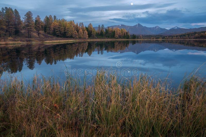 Spegelyttersida sjö Autumn Landscape With Mountain Range på månen för bakgrund och för tidig afton royaltyfri bild
