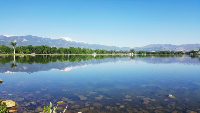 Speglar som dansar över den minnes- sjön royaltyfria foton