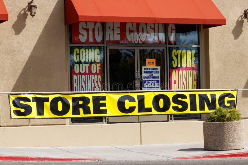 Speicher, der schließen und Geschäftsaufgabezeichen bald angezeigt an a, um geschlossener Speicher I zu sein stockfotos