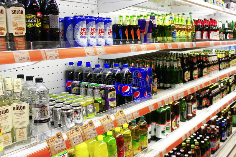 Speicher des Bieres und der alkoholfreien Getränke mit breiter Zusammenstellung stockbild