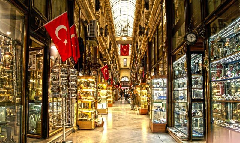 Speicher mit türkischen Flaggen lizenzfreies stockfoto