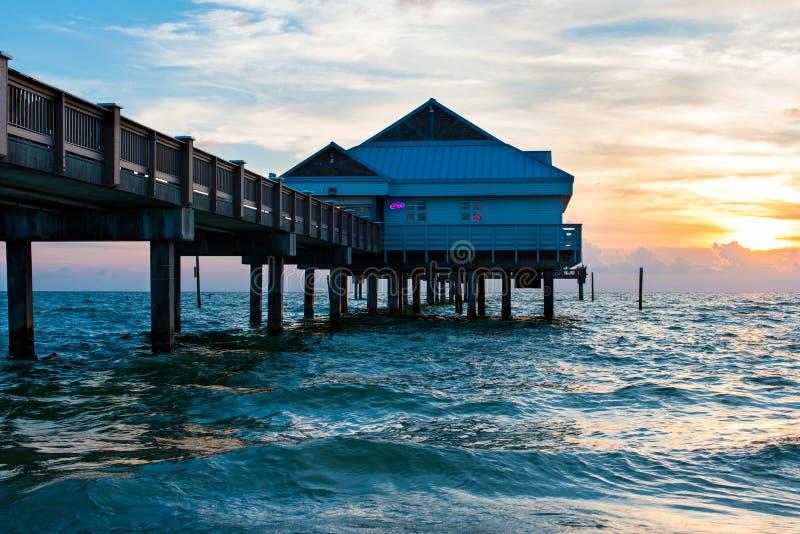 Speicher und Pier auf Strand stockfoto