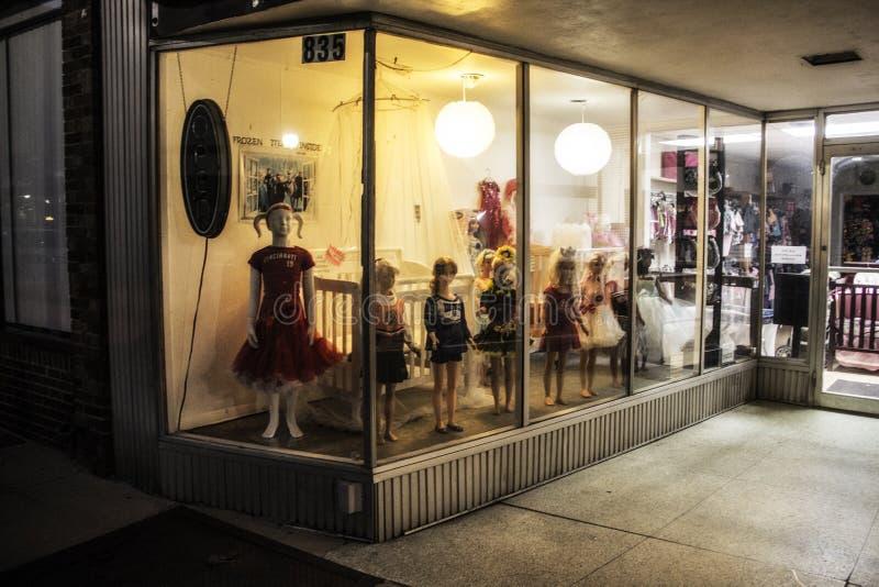 Speicherfront mit gruseligen Puppen im Fenster stockfoto