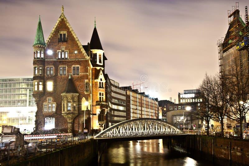 Speicherstadt bij nacht in Hamburg stock fotografie