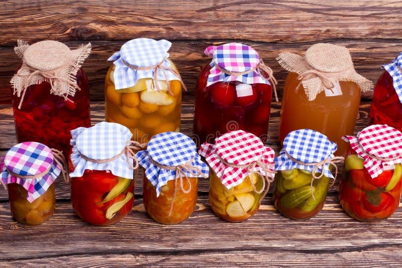Speicherung von in Büchsen konservierten Nahrungsmitteln lizenzfreie stockfotografie