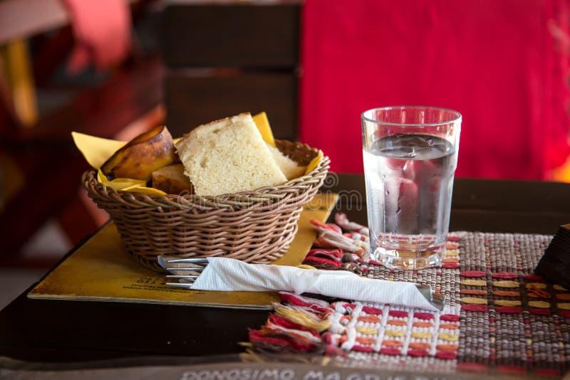 Speisen des Brotes und des Glases Wassers stockfoto
