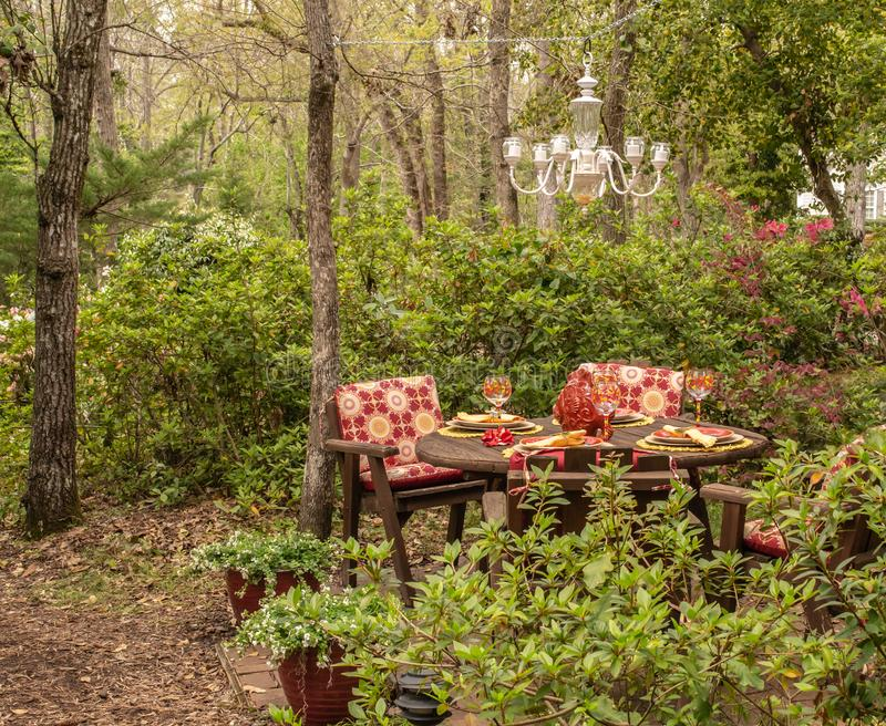 Speisen im Freien im geheimen Garten lizenzfreie stockbilder
