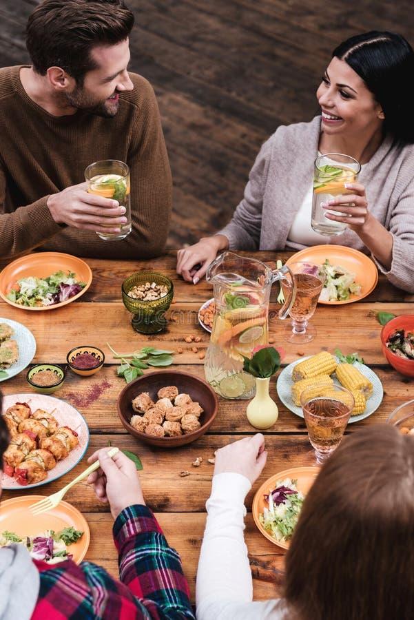 Speisen mit Freunden lizenzfreie stockfotos