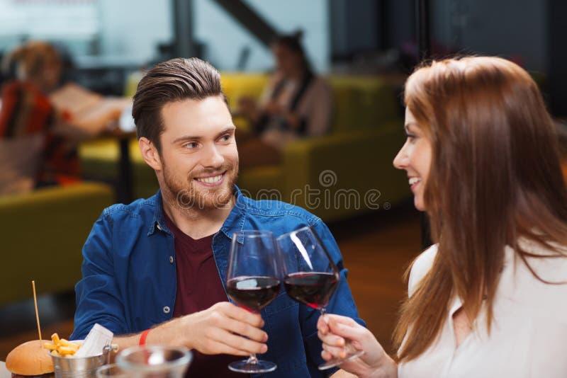 Speisender und trinkender Wein der Paare am Restaurant stockbilder
