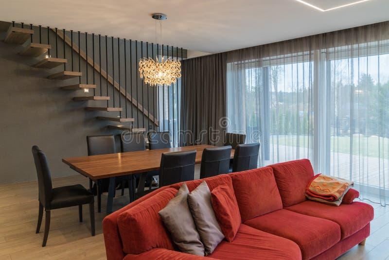 Speiseraum und Wohnzimmer innerhalb des modernen Hauses lizenzfreies stockbild