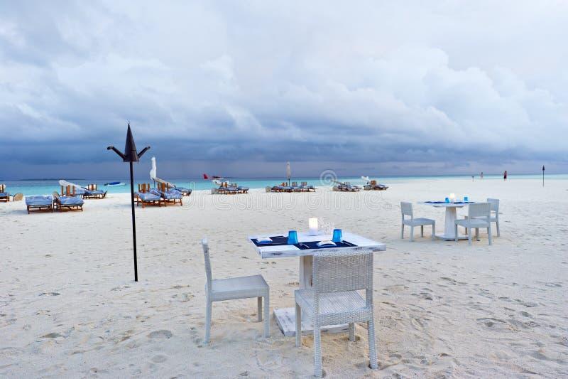Speisetisch auf dem Strand in Maldives sortieren neu stockfotografie