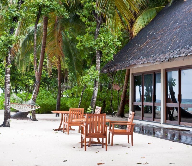 Speisetisch auf Strand in der Maldives-Rücksortierung stockbild