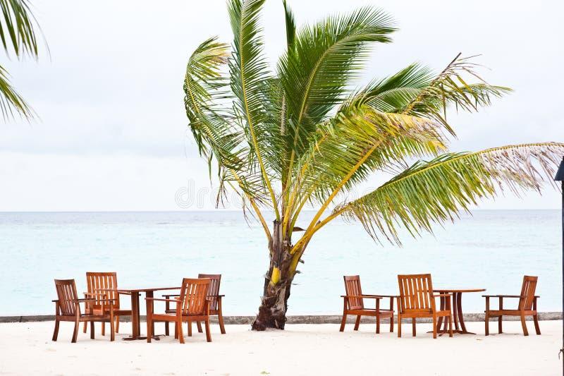 Speisetisch auf Strand in der Maldives-Rücksortierung lizenzfreies stockfoto