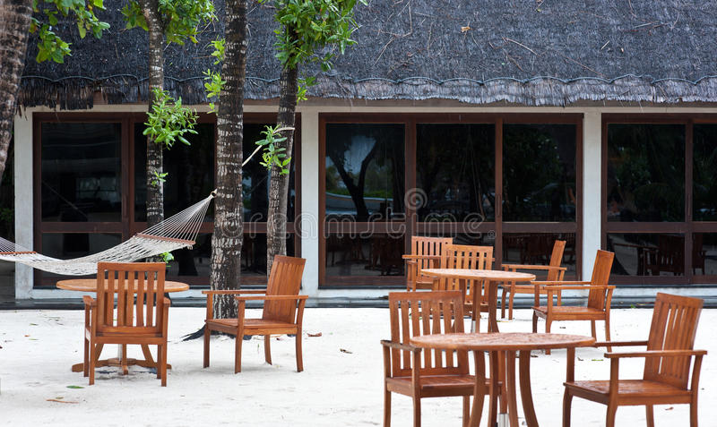Speisetisch auf Strand in der Maldives-Rücksortierung stockfoto