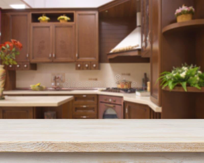 Speisetisch auf unscharfem braunem Kücheninnenraumhintergrund lizenzfreie stockfotos