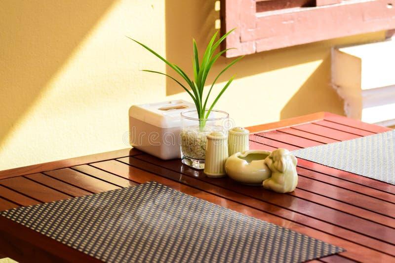 Speisetisch, Aufnahmetabelle, Blumenvase und Aschenbecher lizenzfreies stockfoto