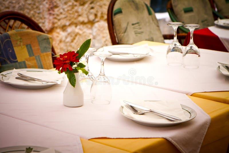Speisetisch der Gaststätte stockbilder