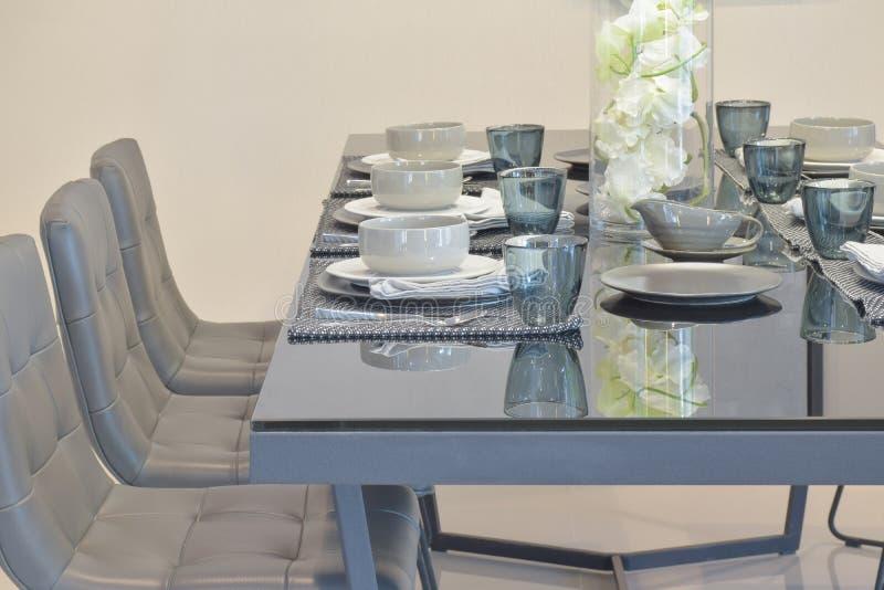 Speisetisch der Glasplatte mit der modernen Art, die Satz im Esszimmerinnenraum speist lizenzfreie stockfotografie