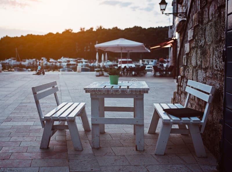 Speisetisch des Restaurants draußen stockfoto