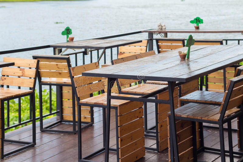 Speisetisch im gemütlichen Café im Freien Speisetisch neben dem r stockfotografie