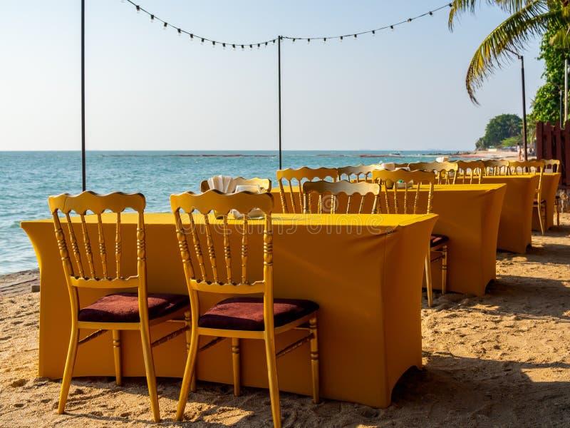 Speisetisch mit vier Stühlen auf dem Strand stockbilder