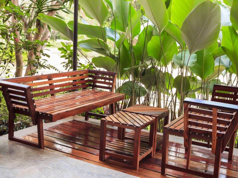 Speisetisch und Stuhl im Garten stockfotos