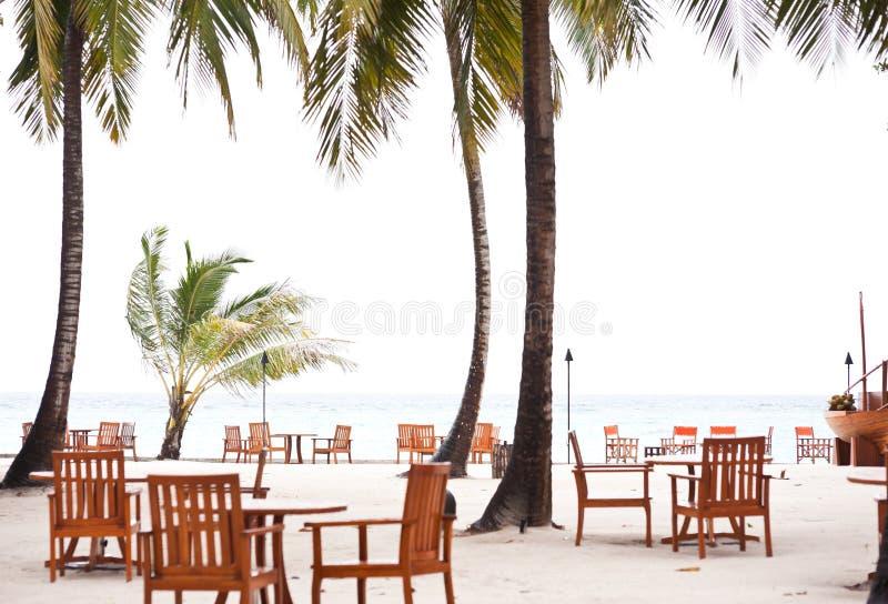 Speisetische auf Strand stockfoto