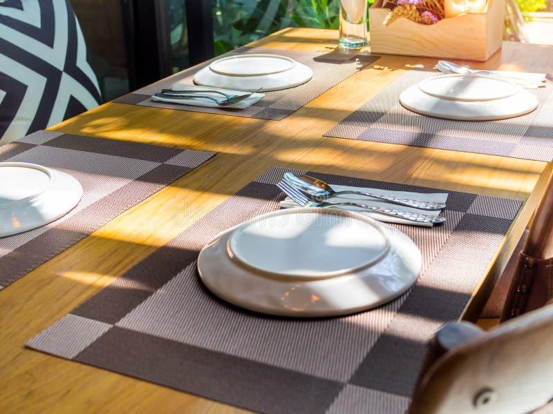 Speisetischsatz im Restaurant mit romantischem Sonnenschein stockbilder