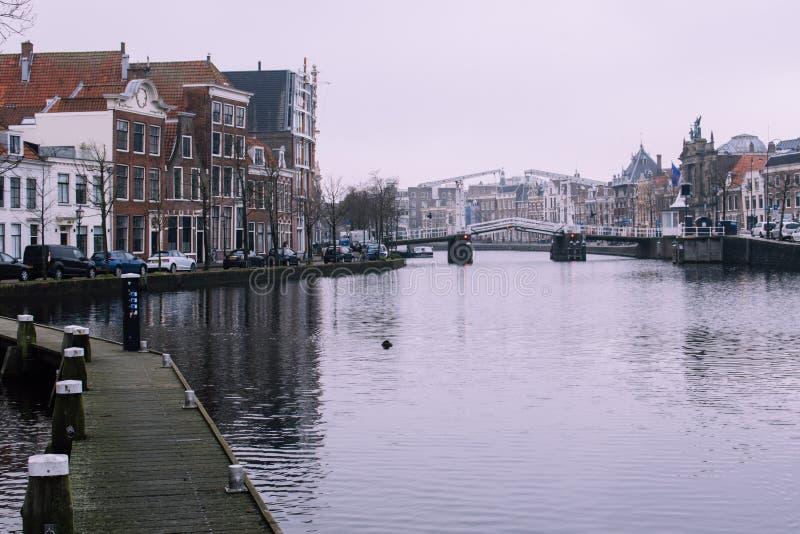 Spektakulär cityscape av Haarlem, Nederländerna Träbana på vänstra sidan och den gamla vita klaffbron på rätten arkivfoton