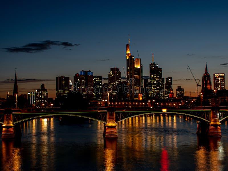 Spektakulär horisontsikt på skyskrapor på natten med ljus royaltyfri bild