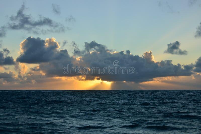 Spektakulär karibisk solnedgång royaltyfria bilder