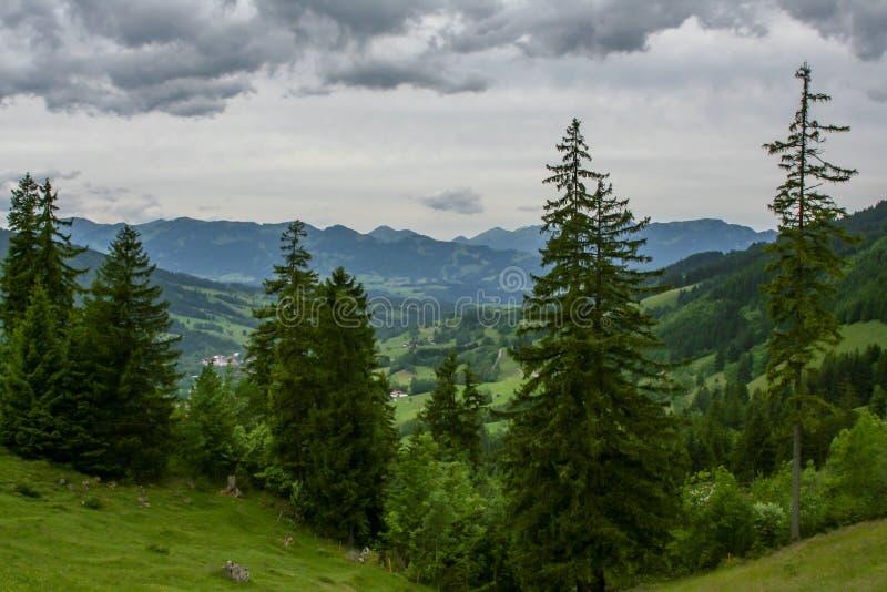 Spektakulär sikt över fjällängarna av Tyskland arkivfoto